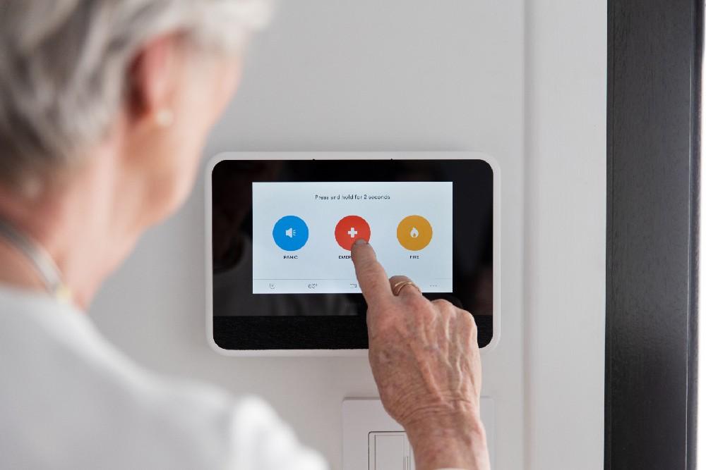 woman pressing emergency button on the Vivint Smart Hub